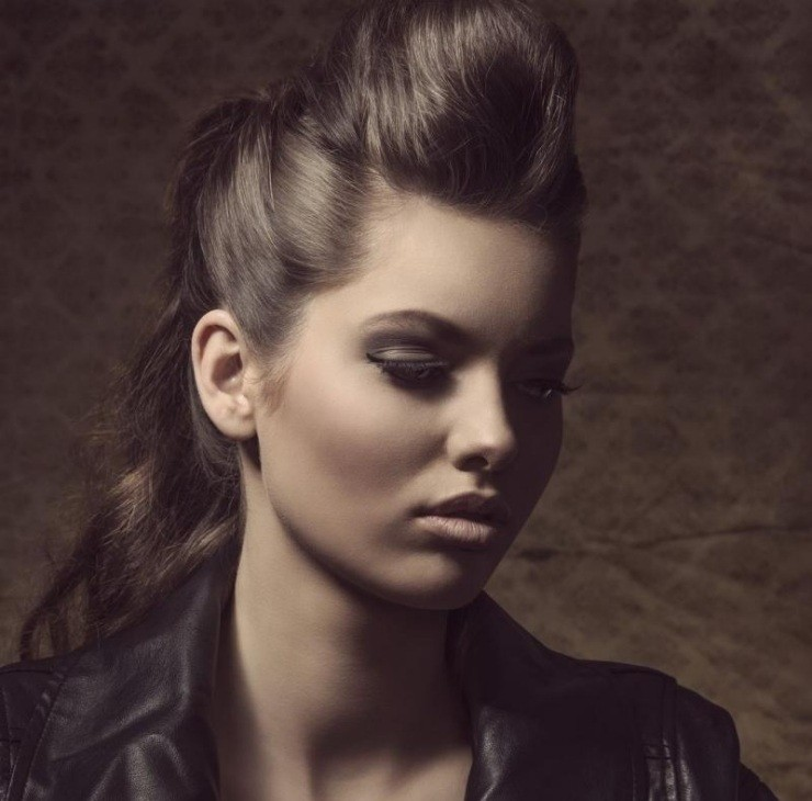 coiffure-rockabilly-femme-moderne-cheveux-semi-attachés-frange
