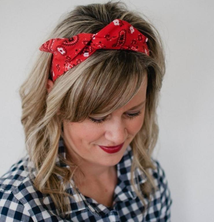 coiffure-rockabilly-femme-rétro-bandana-rouge