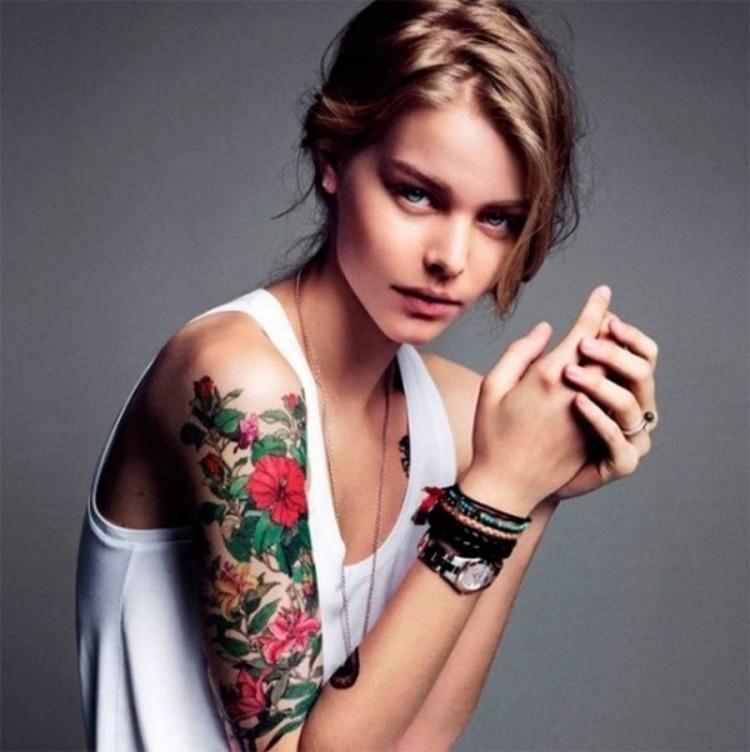 idée-tatouage-bras-femme-motifs-floraux