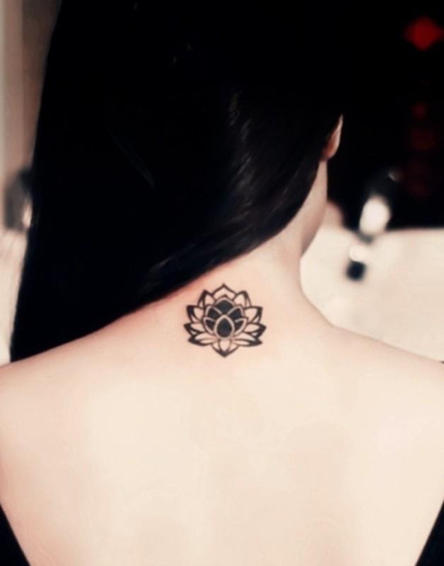 inspiration-tatouage-nuque-femme-fleur