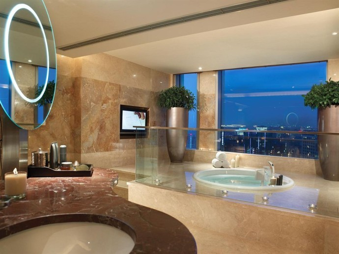 salle de bain marbre avec television 690x518 - Belle Salle De Bain Moderne