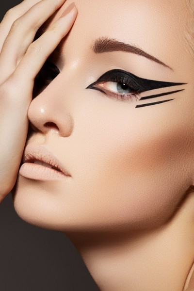 4-astuces-pour-rattraper-un-maquillage-rate-liner-400x600